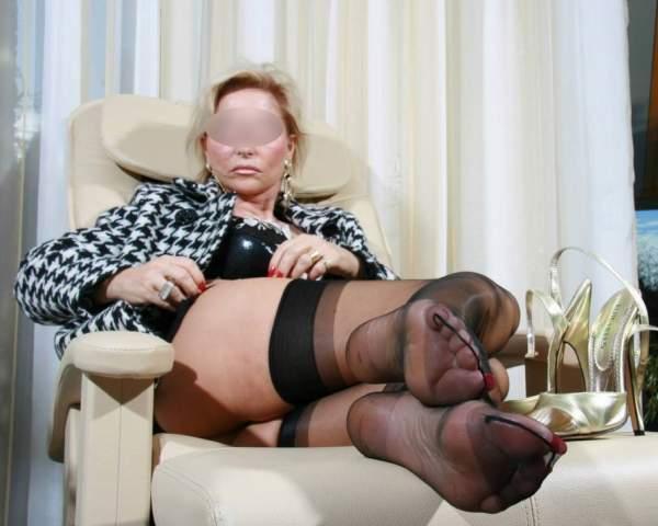 Donna cougar amante feticismo del piede incontra a Napoli foto due