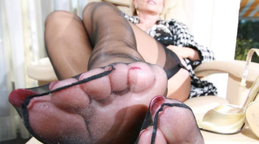Donna cougar ama il feticismo del piede ed incontra a Napoli