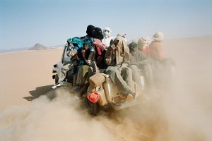 Profughi attraversano il deserto