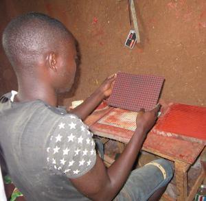 Un ragazzo mostra una tavoletta prodotta da lui