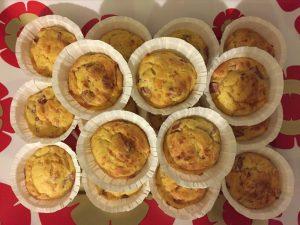 Muffin salati con gruviera e würstel