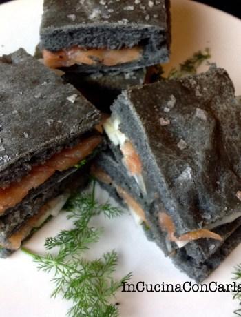 Focaccia nera con salmone marinato e finocchi