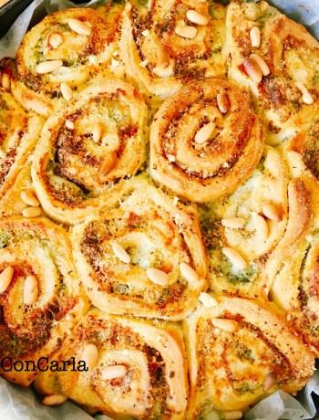 Torta di rose con pesto e mozzarella