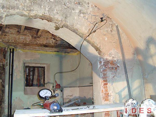Palazzo in Piazza della Loggia - Brescia - Prova con martinetti piatti su arco in mattoni
