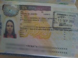 Carimbo no passaporte recebido na imigração para o Reino Unido.
