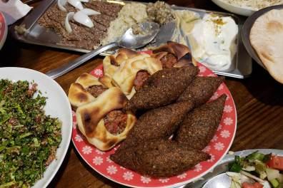 Mix de pastas libanesas, quibes e as melhores esfirras da vida