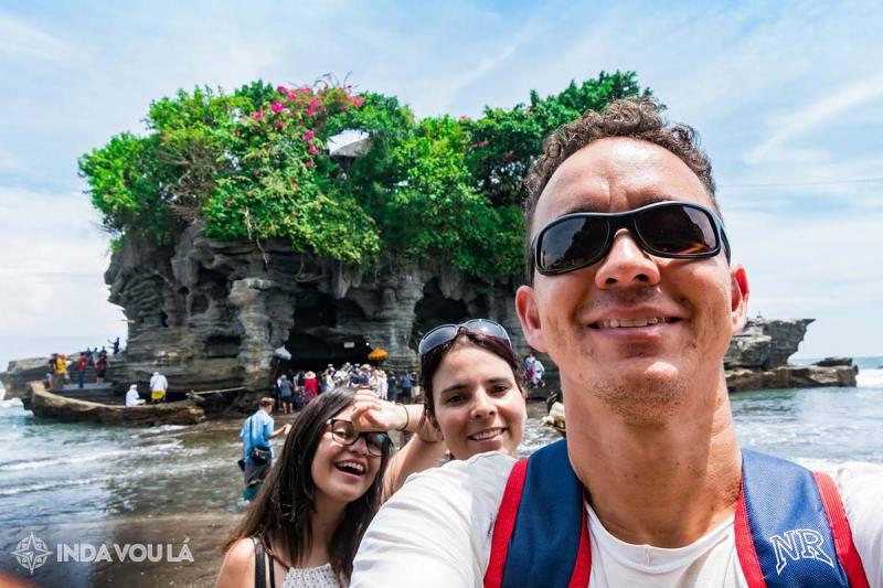 Família panda no templo tanah lot, na indonésia, um dos países mais baratos para viajar