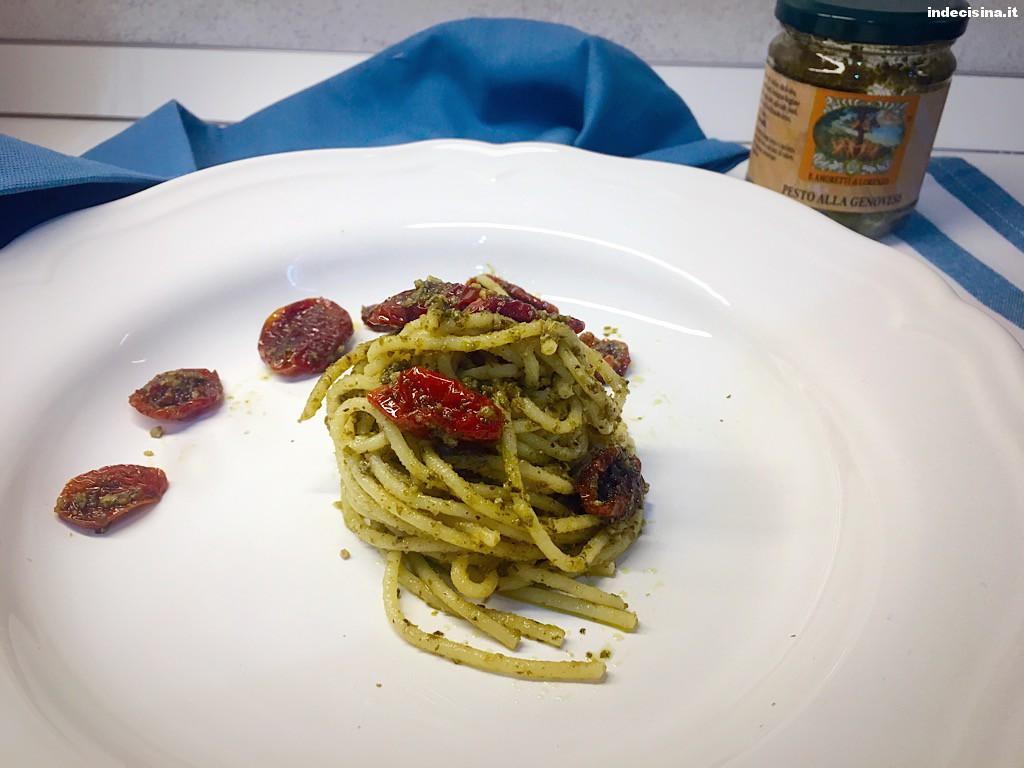 Spaghetti al pesto e pomodori secchi