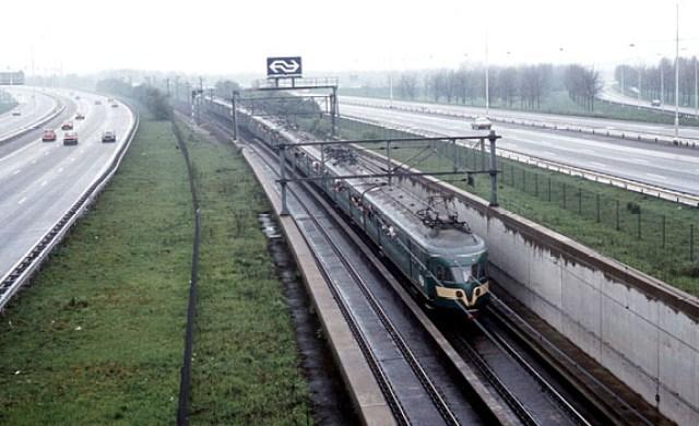 Supporterstrein onderweg naar Amsterdam-Zuid, voor de klassiek Ajax-Feyenoord. Mei 1983