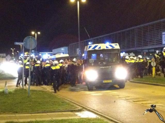 Supporters worden naar het stadion 'begeleid'.