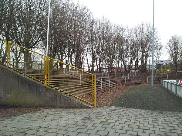 De tribunes van de Brasserskade liggen er tegenwoordig verlaten bij. Ooit bevolkten 18.000 mensen deze tribunes