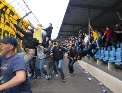 NAC fans worden helemaal gek, nadat NAC in de laatste minuten op voorsprong komt