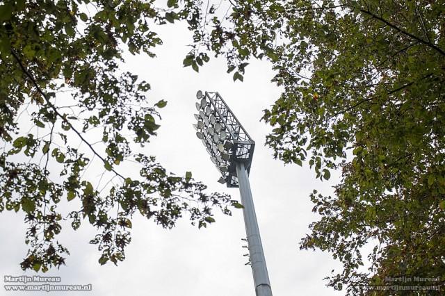 De indrukwekkende stadionlampen verraden dat hier ooit internationale en grote wedstrijden gespeeld zijn