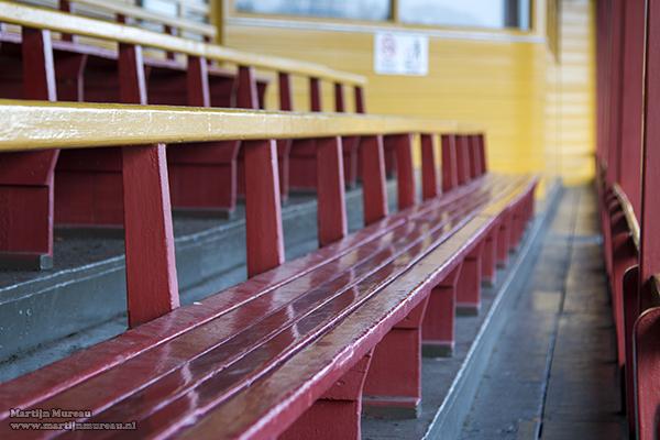 De houten bankjes van de tribune van LSC 1890 zijn typisch oudheid en nostalgie