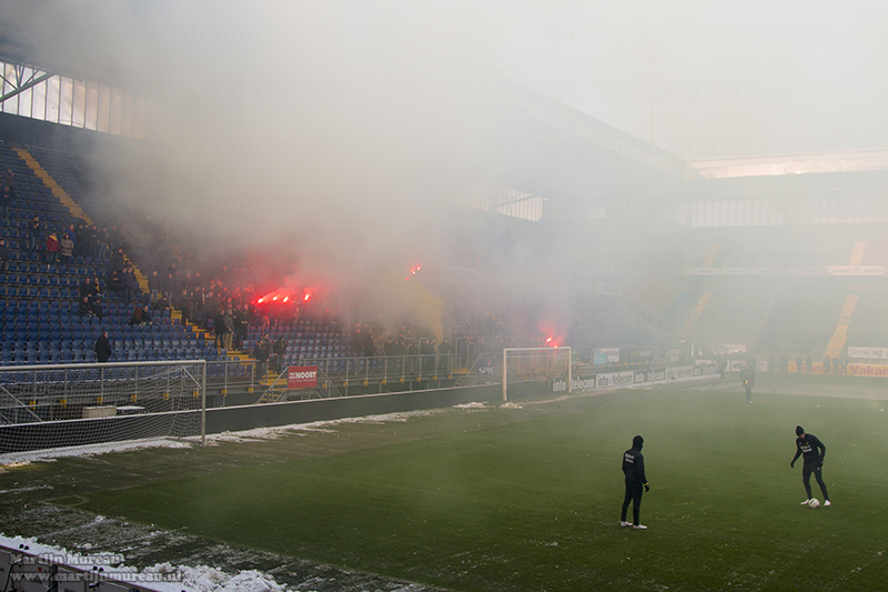 In Breda worden de spelers verwelkomd met vuurwerk en rookpotten