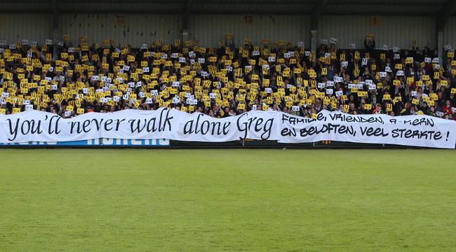 Indrukwekkend eerbetoon aan de overleden Gregory Mertens van Sporting Lokeren