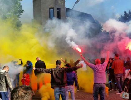 NAC fans bij Maaskant thuis