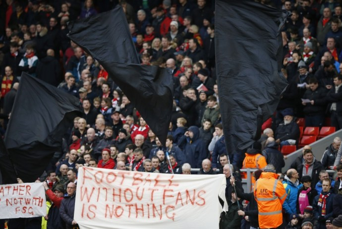 Liverpool supporters protesteren tegen de hoge kaartprijzen