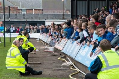 De jeugd kijkt naar de wedstrijd