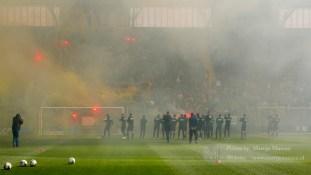 Een duizendtal NAC fans staken de spelers met vuurwerk en gezang een indrukwekkend hart onder de riem