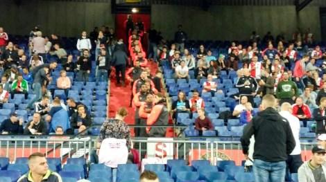 Feyenoord - FC Oss, stewards op de trappen. Foto: Tim Duijts en Twitter