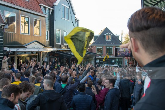 NAC-fans bouwen een feestje in Volendam