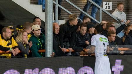 Teleurgestelde NAC fans voeren een pittig gesprek met de spelers