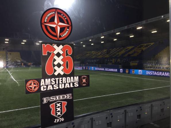 Voor de wedstrijd versierden de Ajax fans het uitvak. Foto: Instagram / Amsterdam Casuals