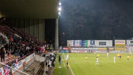 Fans van RWDM gooien knuffels op het veld