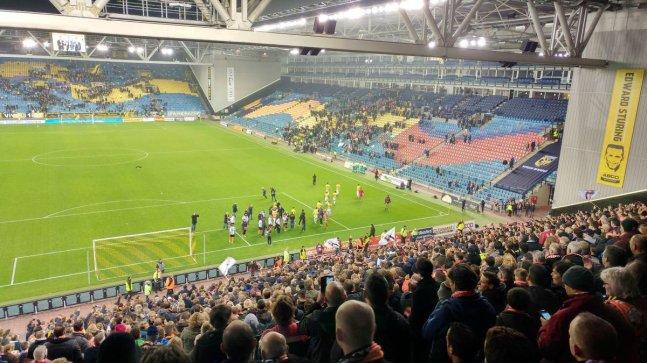 De spelers bedanken de massaal meegereisde fans. Foto van Twitter/Joël Batenburg