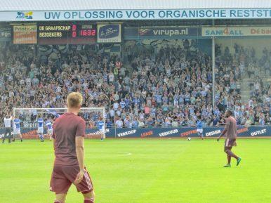 De supporters worden voor een laatste keer opgepept.