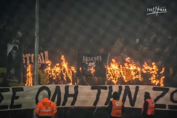 Aris sjaals, truien en vlaggen gaan in de brand