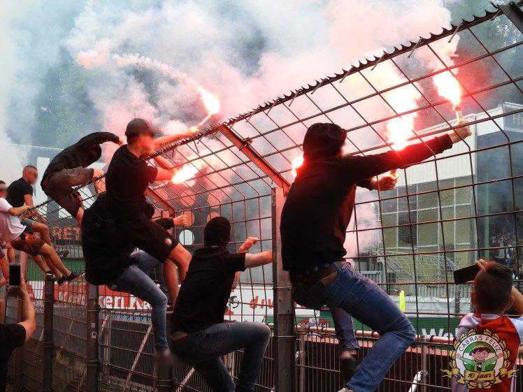 Feyenoord supporters met pyro in de hekken