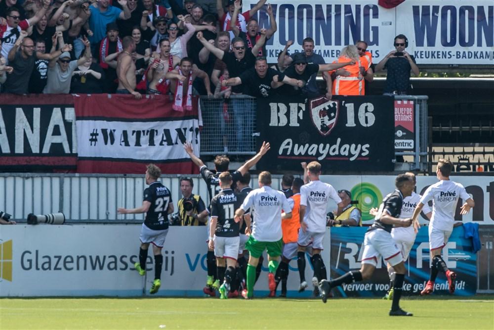 Supporters FC Emmen vieren feest met hun spelers na de prmotie naar de Eredivisie