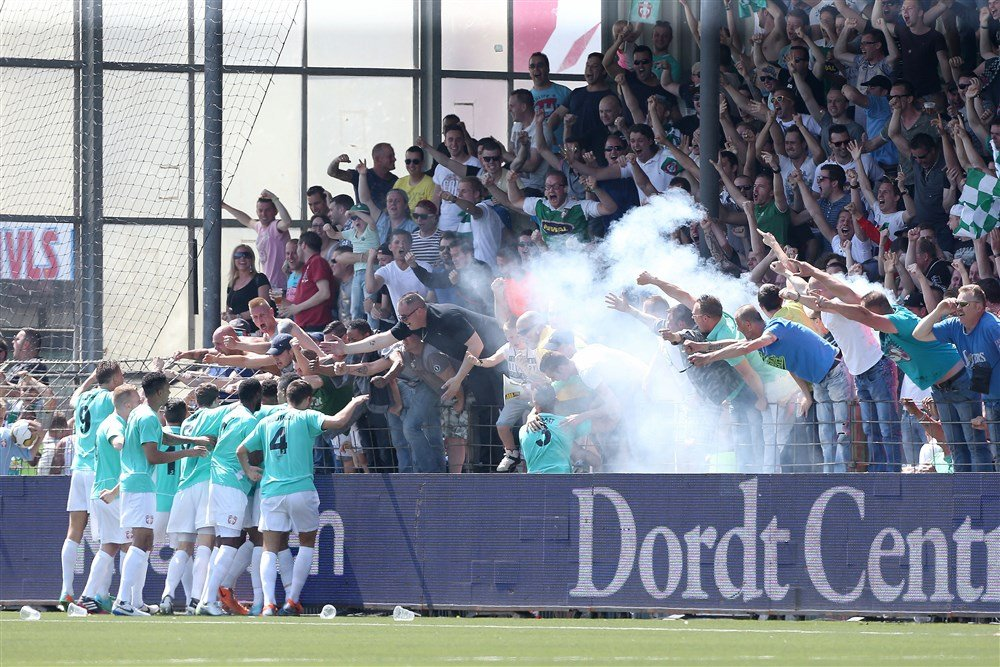 Supporters van FC Dordrecht vieren feest bij de promotie naar de Eredivisie