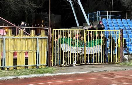 Supporters Györi ETO hebben nog prima zicht op het veld (tweede divisie). (via ultras-tifo.net / hungaryultras.blogspot.com)