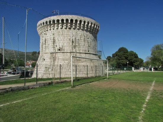 De kasteeltoren in Trogir, aan de andere kant van het veld de rest van het kasteel