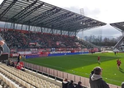 De enige overgebleven lichtmast van het oude stadion van RW Essen achter de nieuwe tribune