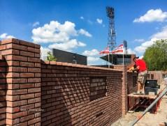 Tijdens een zware storm begin 2018 waaide een groot deel van de historische stadionmuur uit 1934 om. Ruim een jaar later begonnen vrijwilligers met de herbouw.