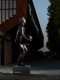 Sinds september 2020 heeft Leo Halle, oud Go Ahead en Oranje keeper een standbeeld in de Vetkampstraat. Daar moest ik natuurlijk een foto van, maar als het even kan, dan wel een bijzondere. Met een paar ideeën richting het stadion, ter plekke met studio opstellinkje gemaakt. Het idee achter deze foto is overigens ter plekke door Iris bedacht. Leo Halle en de naar hem vernoemde tribune in één shot.
