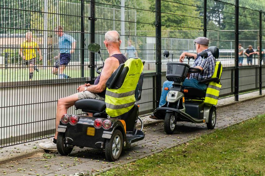 Scootmobielen en amateurvoetbal, ze horen bij elkaar. Respect voor de mannen die ieder weekend de scootmobiel van de lader halen om lekker op zaterdag of zondag naar hun cluppie te gaan.