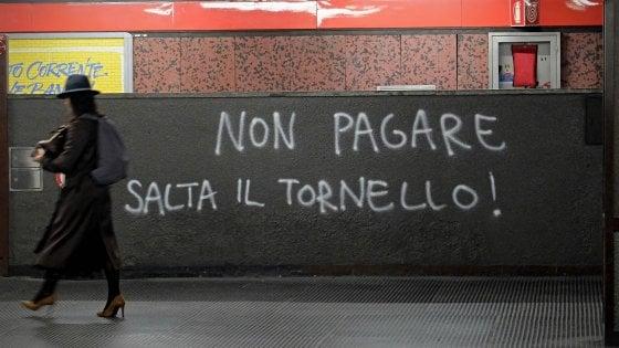 Milano, aumento dei biglietti: attivisti tentano di sabotare i tornelli della metro