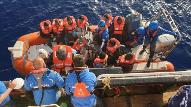 Sequestrata la Mare Jonio: sbarcherà a Lampedusa con i trenta migranti salvati