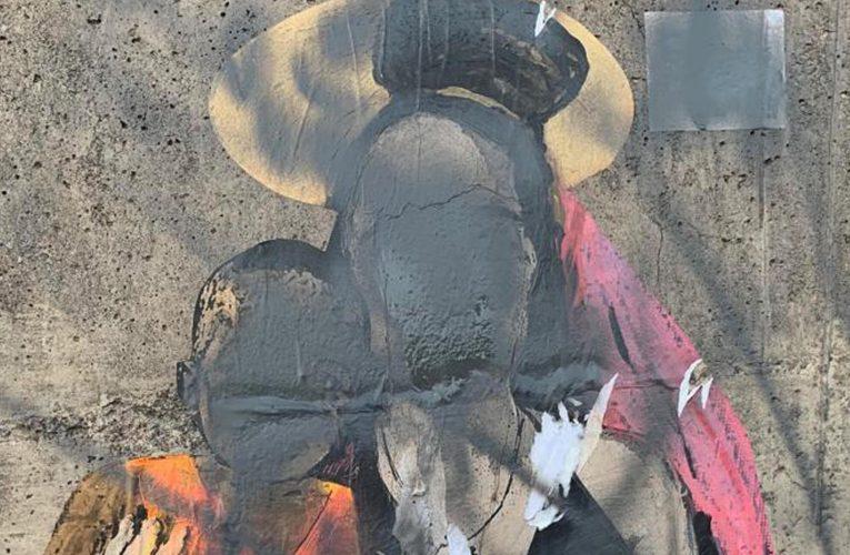 Taormina, esponente della Lega danneggia il murale di Tvboy su Carola Rackete