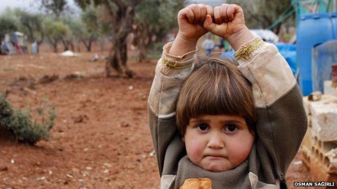 """Siria, la bimba scambia la fotocamera per un'arma e si """"arrende"""" al fotografo"""