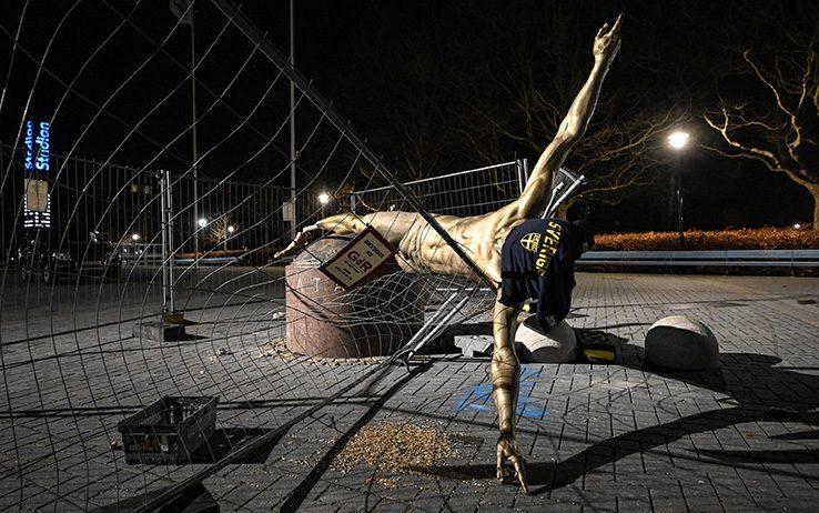 Malmö, nella notte abbattuta la statua di Zlatan Ibrahimovic FOTO