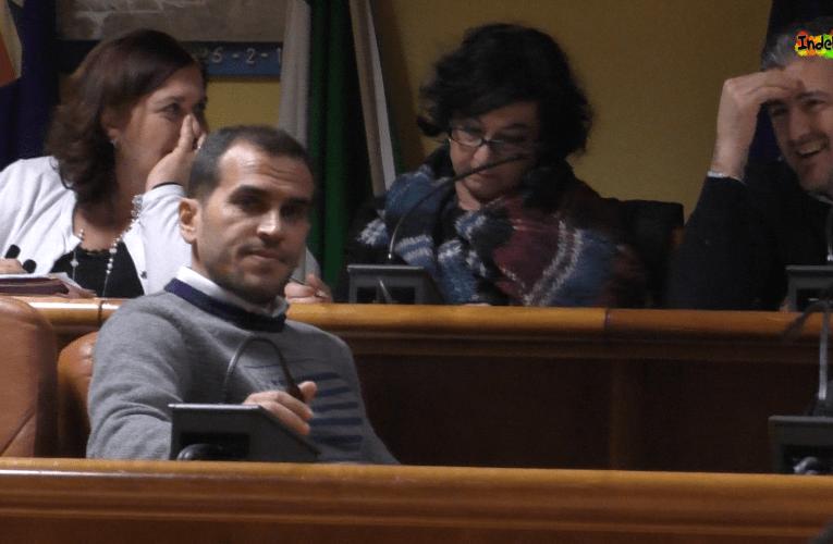 L'assessore Fabio Colombo consegna le dimissioni da consigliere comunale.