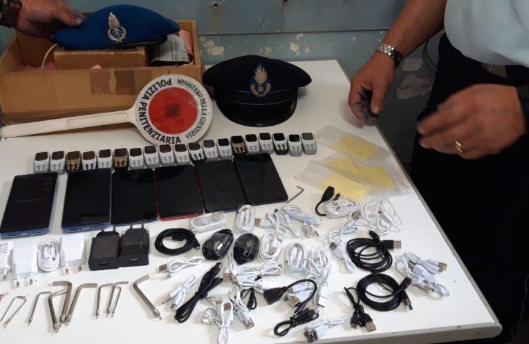 Avellino, la Polizia Penitenziaria scopre 25 telefonini per detenuto AS nel pacco postale |VIDEO