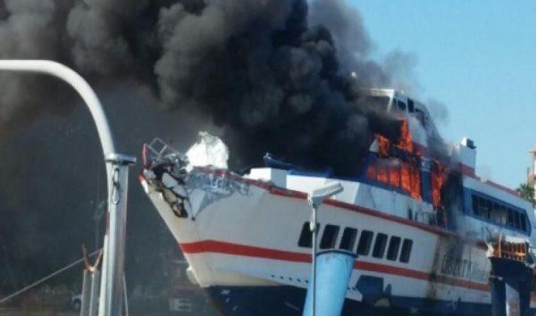 """""""Eraclide"""" di Liberty Lines, in servizio fra le isole Eolie e Milazzo prende fuoco"""