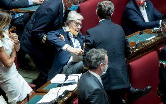 Sgarbi espulso dal Parlamento: portato via di peso dalla Camera.
